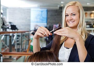 Beautician At Parlor