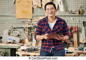 Carpenter with digital tablet