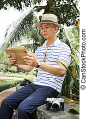 Chinese man reading news online