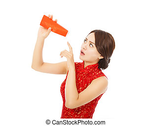young woman point to a empty red envelope